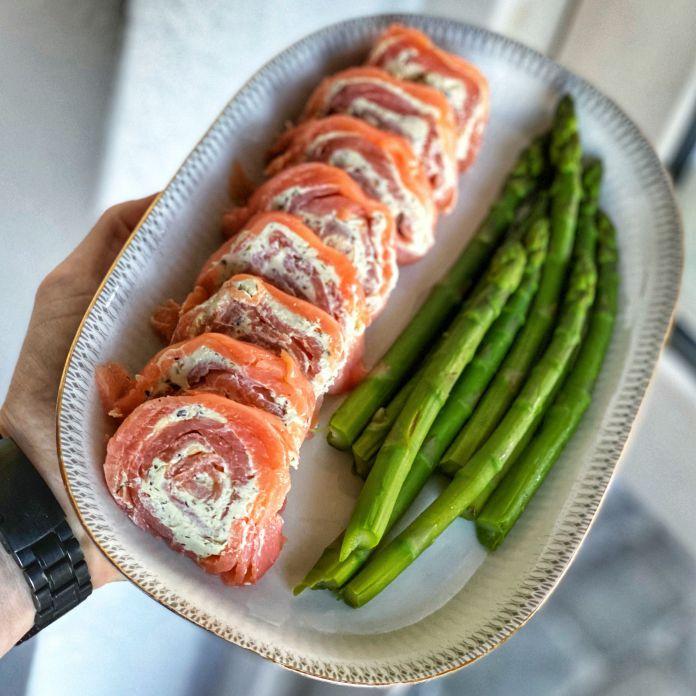 Cremet flødeostfyldt lakseroulade med blancherede grønne asparges